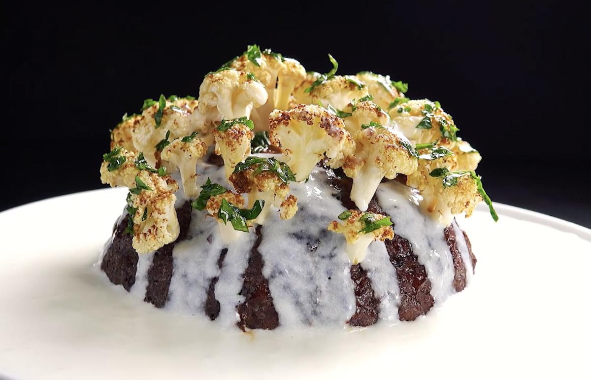 ilha de couve-flor recheada com carne moída e queijo babybel