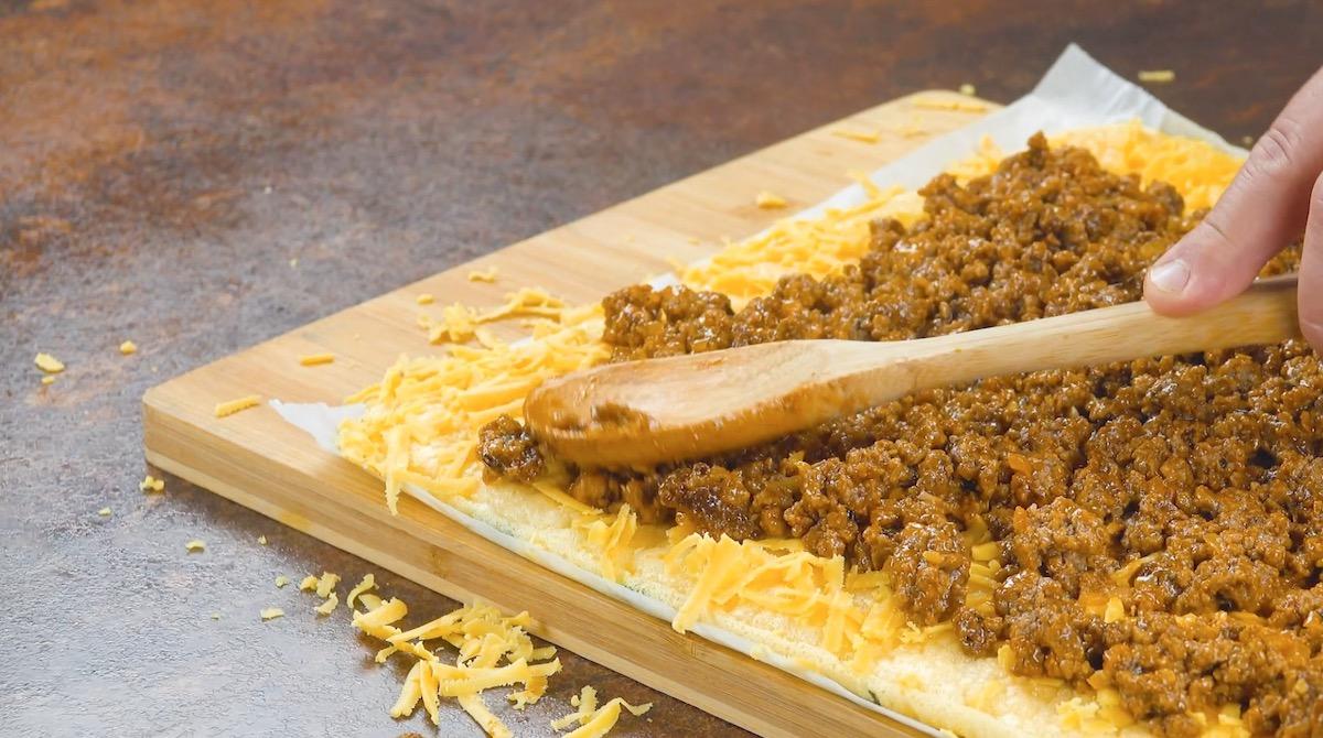 cubra a abobrinha com queijo e carne moída
