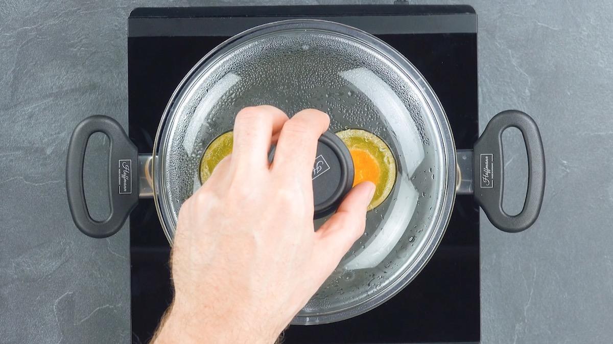 cozinhe claras e gemas em banho maria