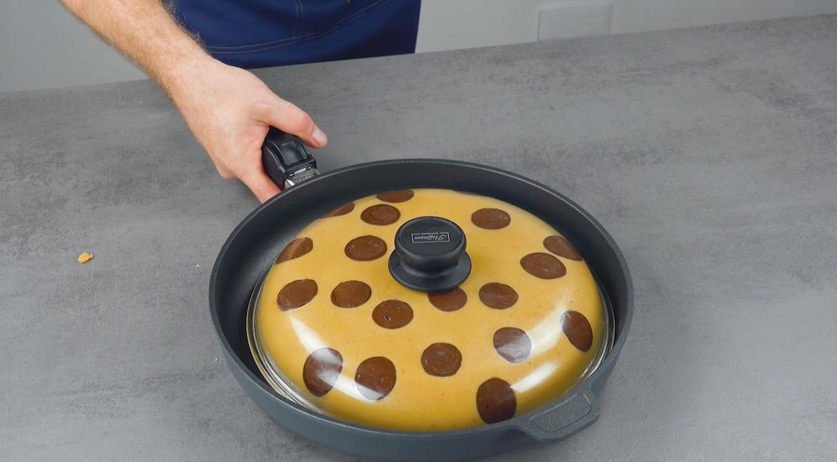 Coloque a tampa em uma frigideira grande de ferro fundido.