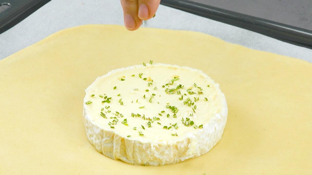 queijo brie na massa polvilha com alecrim e cebolinha