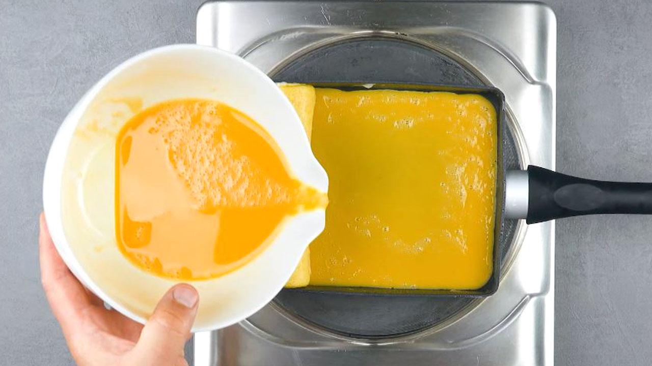 despeje outra camada de ovo na frigideira