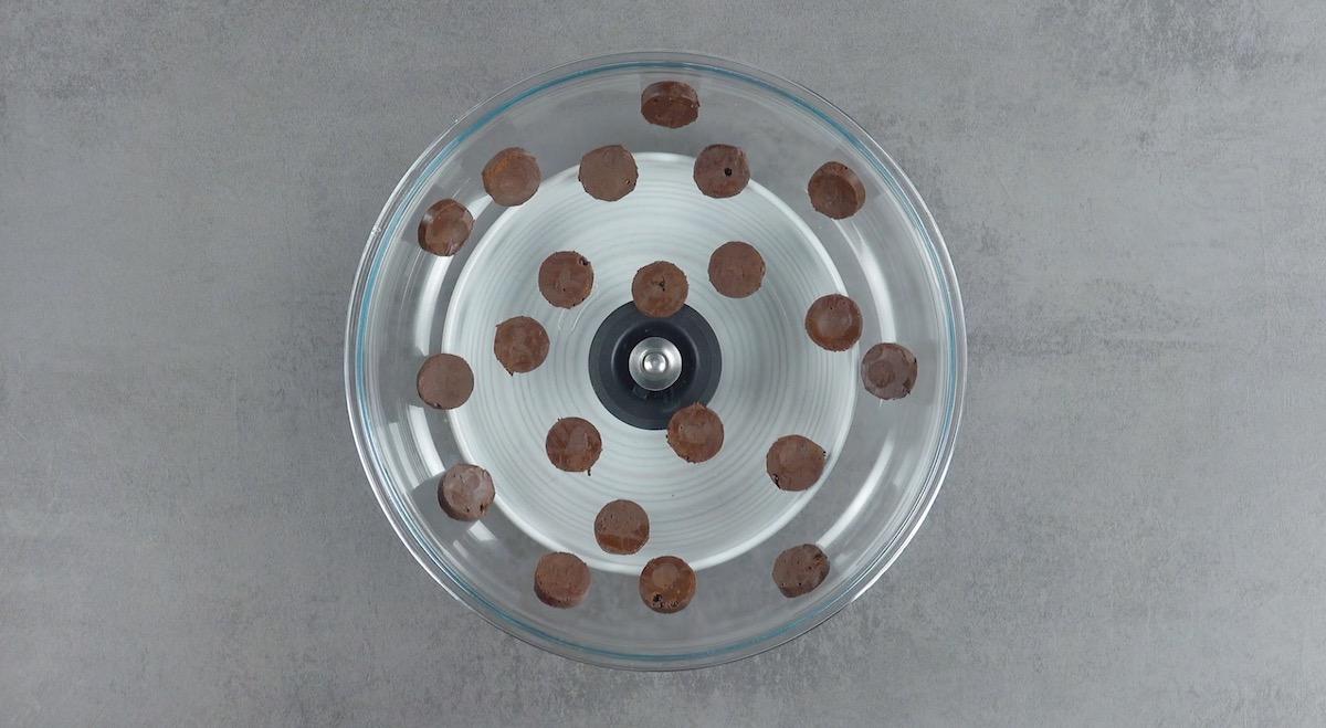 coloque as pastilhas de chocolate em uma tampa de panela