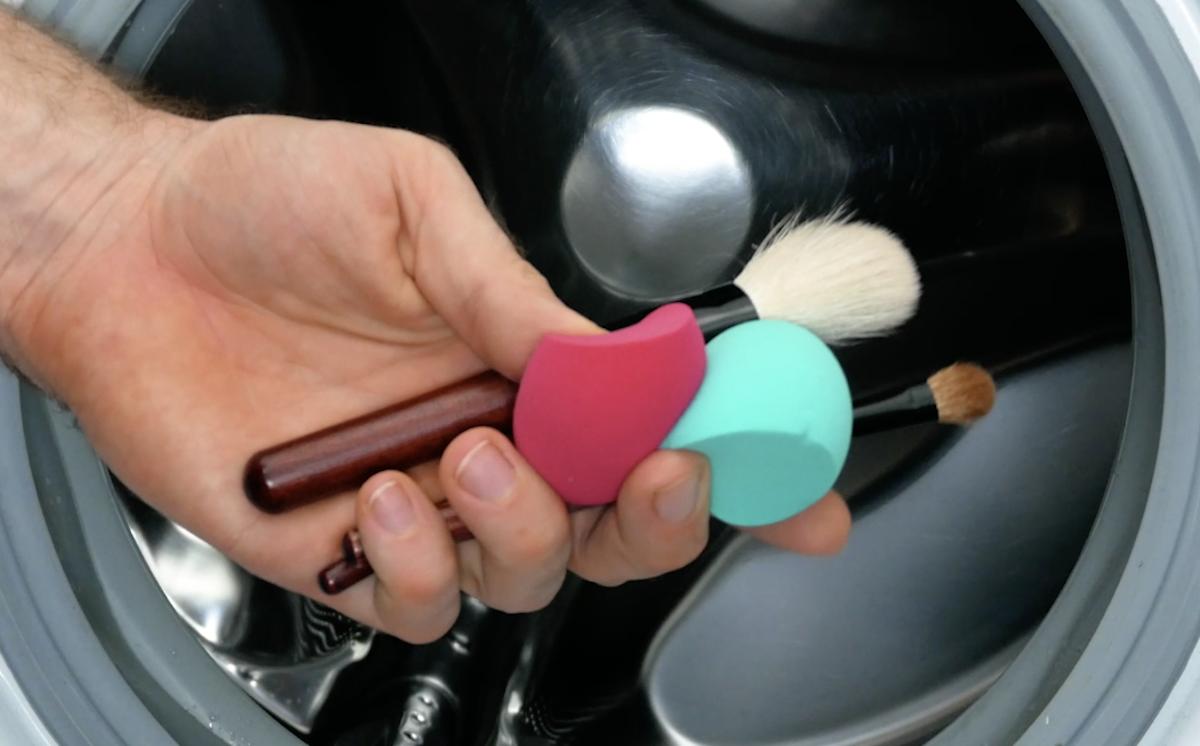 Limpar pincéis e esponjas de maquiagem na máquina de lavar