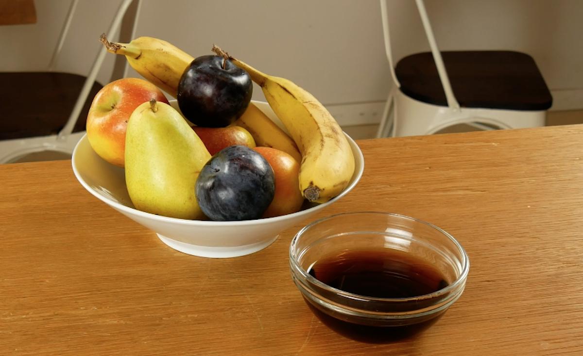 afastar as formigas da fruta com Coca-Cola
