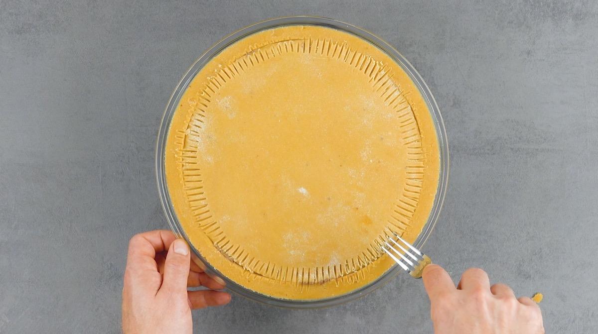 Sele a massa com um garfo