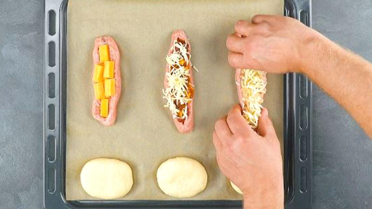 3 salsichas recheadas e massa de pao