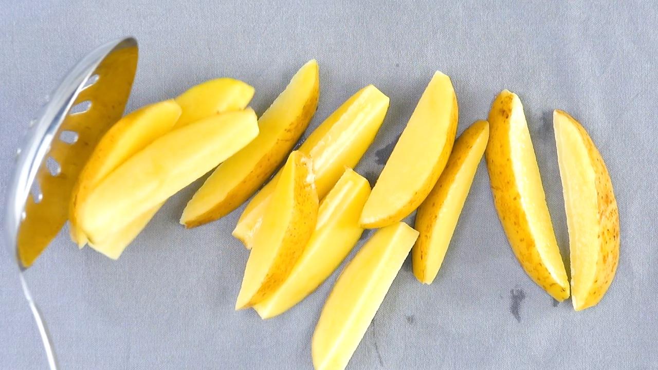 escorra as batatas sobre um pano