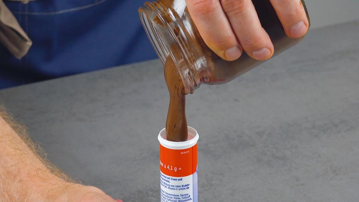coloque o creme de chocolate em um tubo de pastilhas