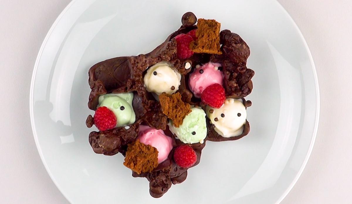 chocolate com sorvete e fruta