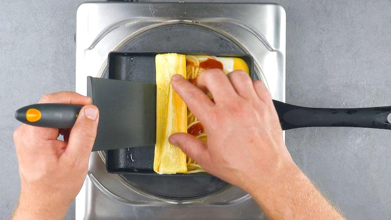 enrole a massa de ovo sobre o espaguete