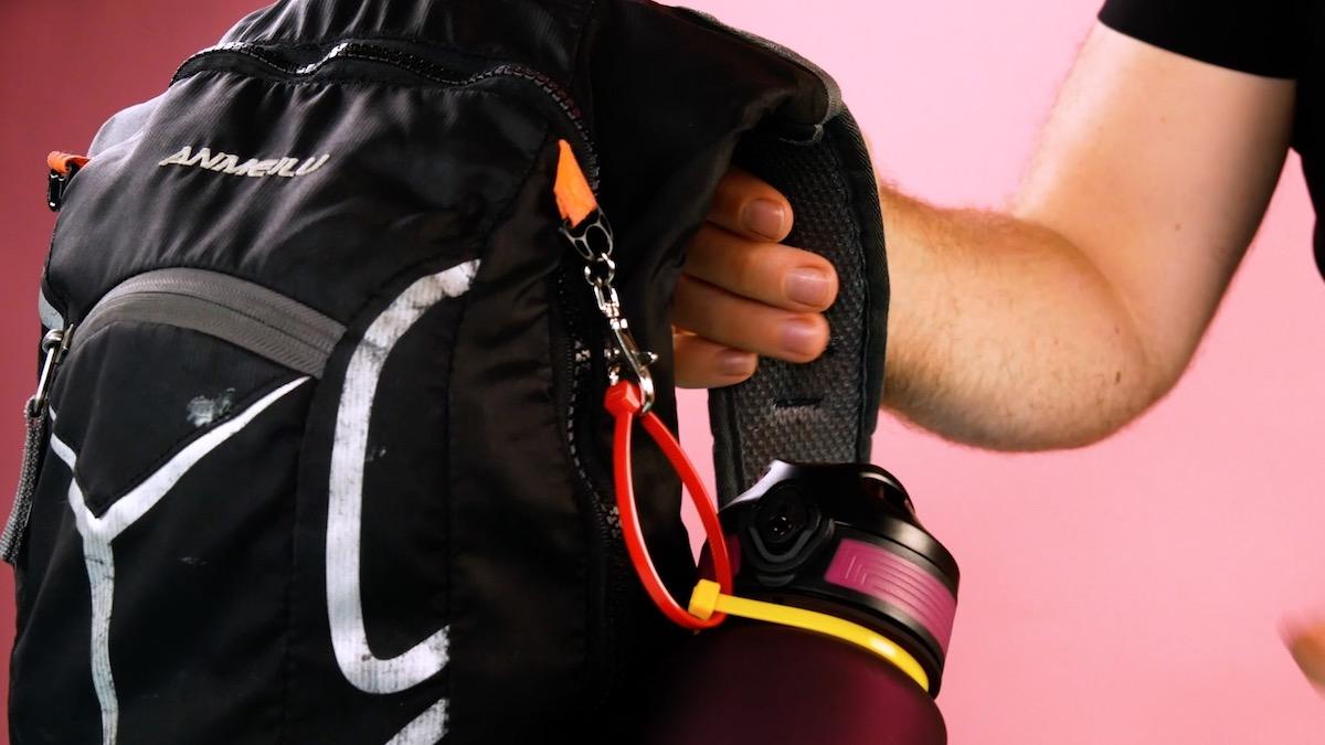 Fixer une gourde au sac à dos avec des serre-câbles