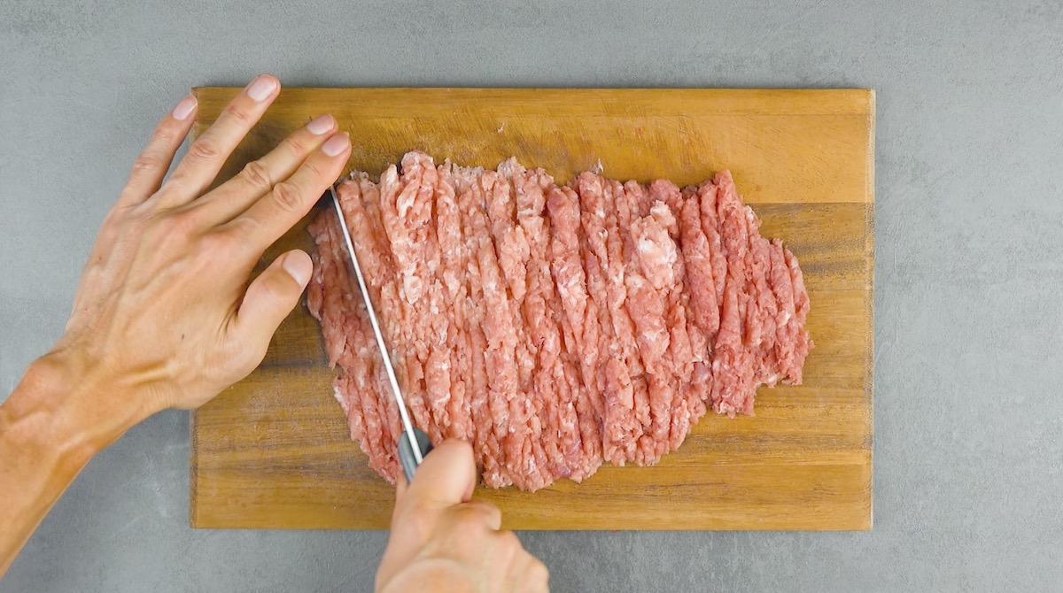Pique a carne de porco.