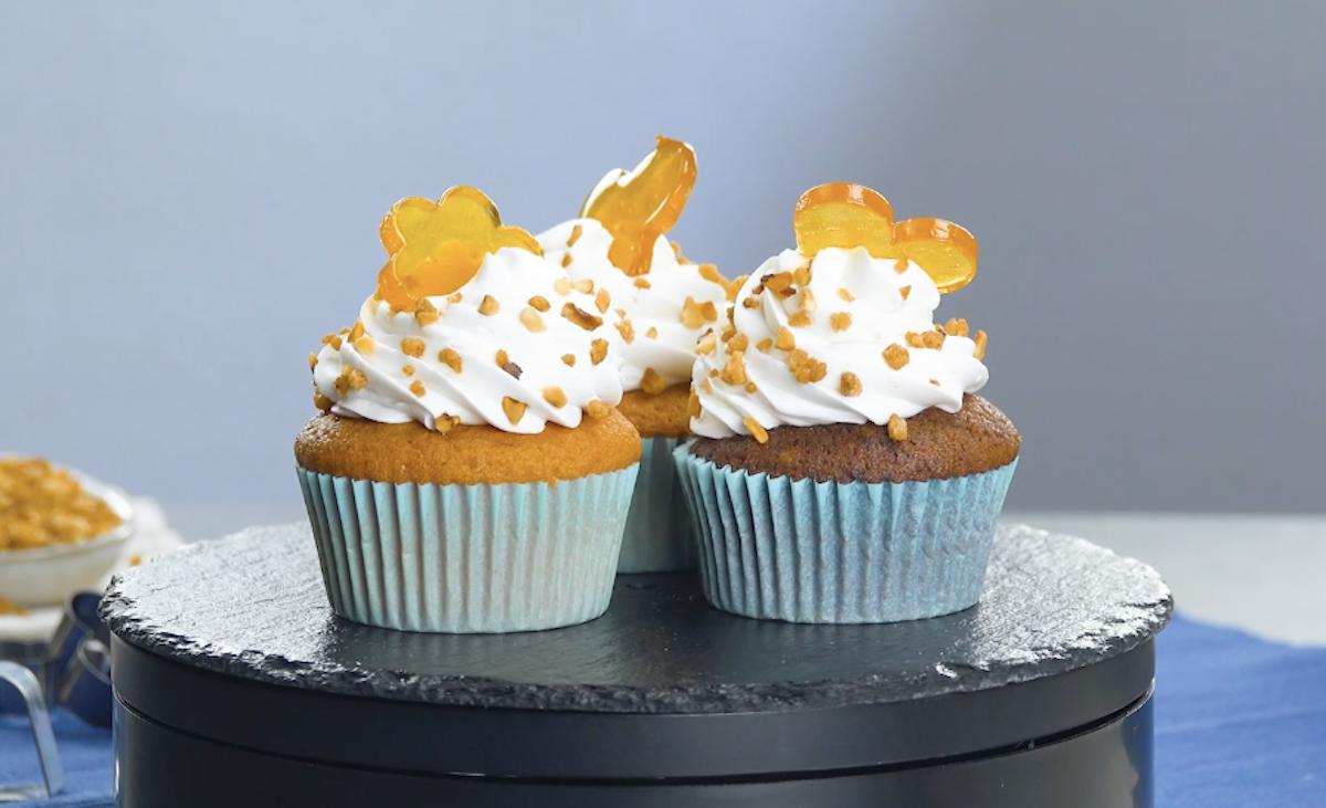 cupcakes decorados com formas de açúcar