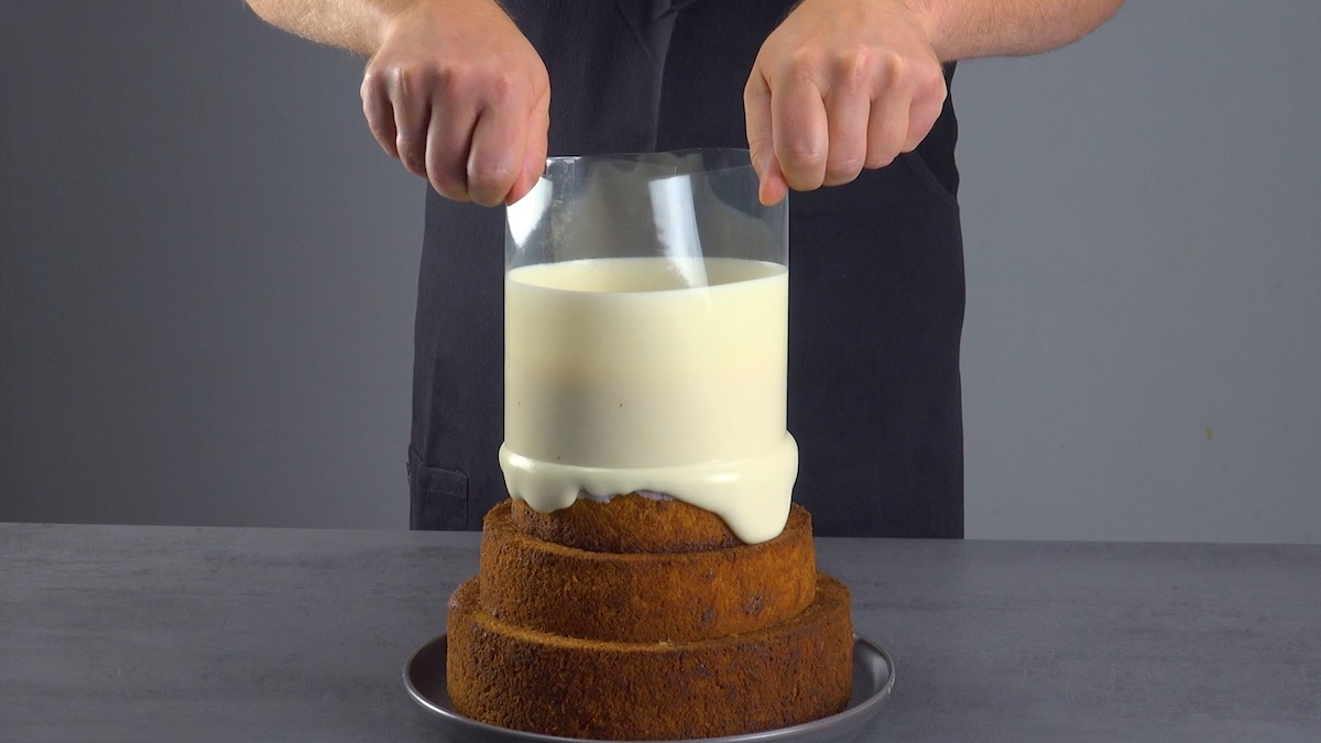 despeja a cobertura sobre o bolo