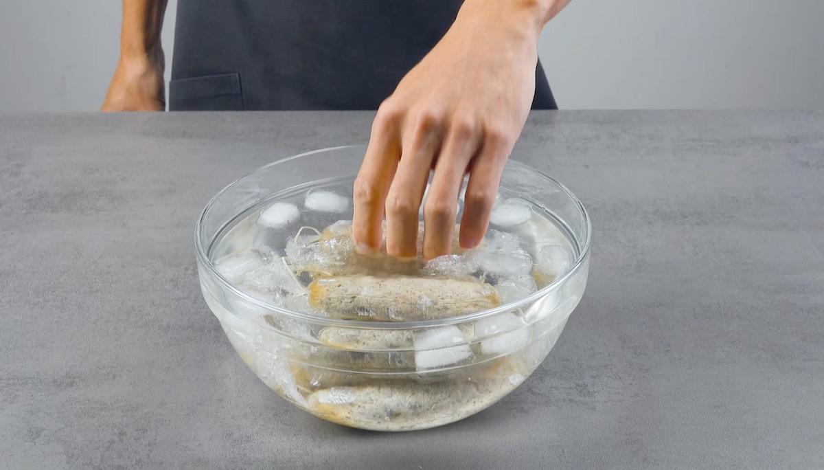 Coloque brevemente as linguiças em água gelada
