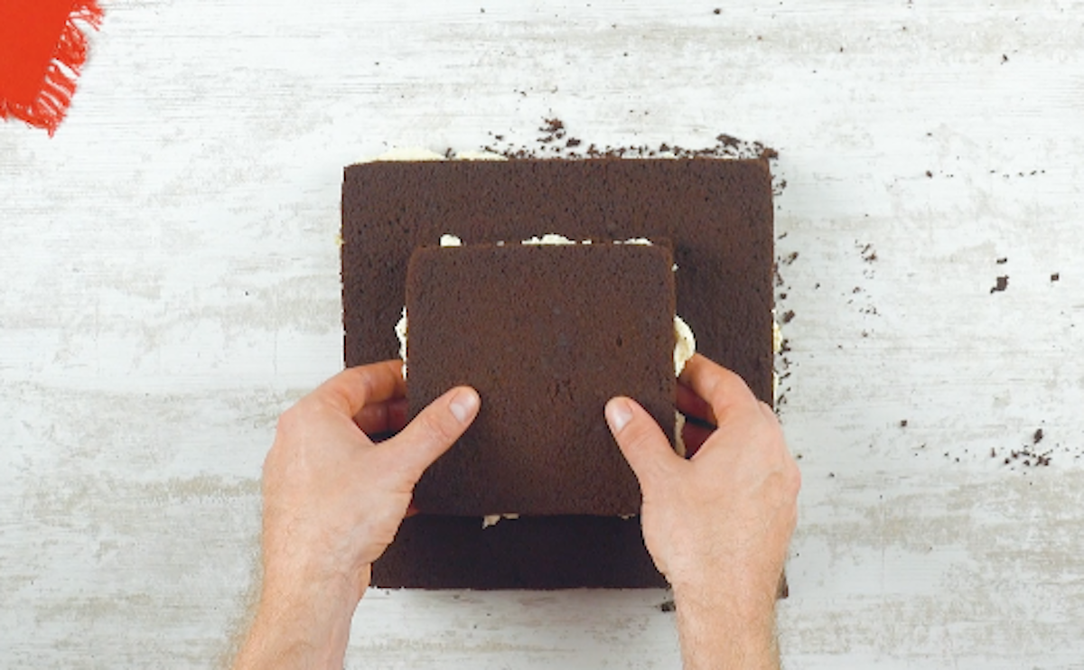 dois quadrados de bolo com creme
