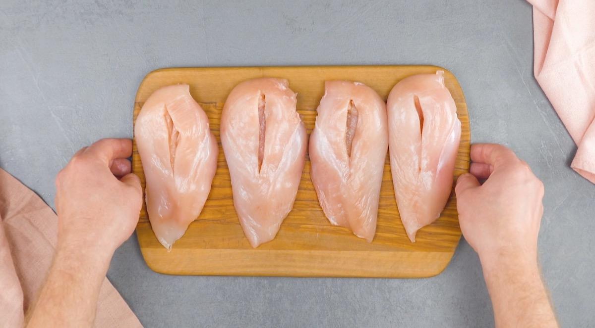 faça cortes nos peitos de frango