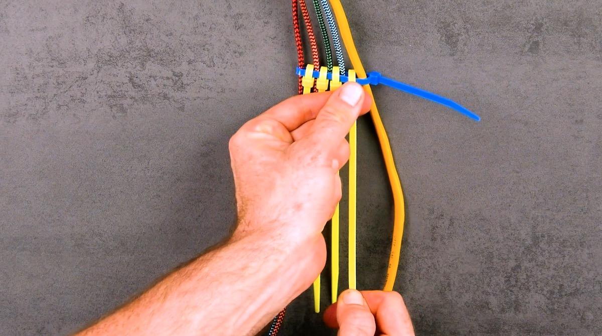 Organiser les câbles avec des serre-câbles