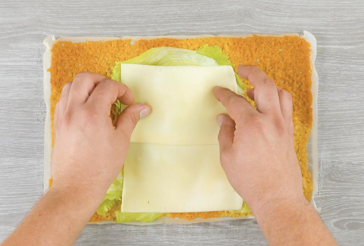 coloque alface e queijo sobre o queijo assado