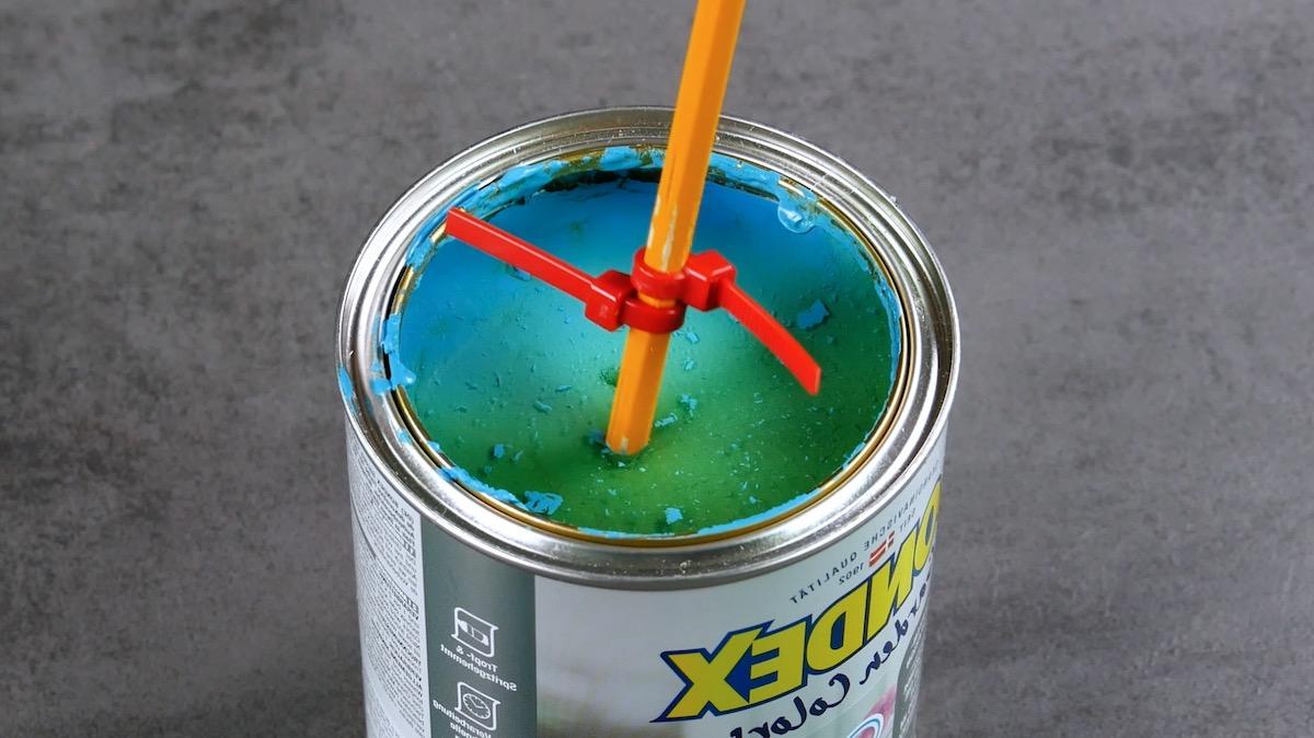 Mélanger la peinture avec des serre-câbles