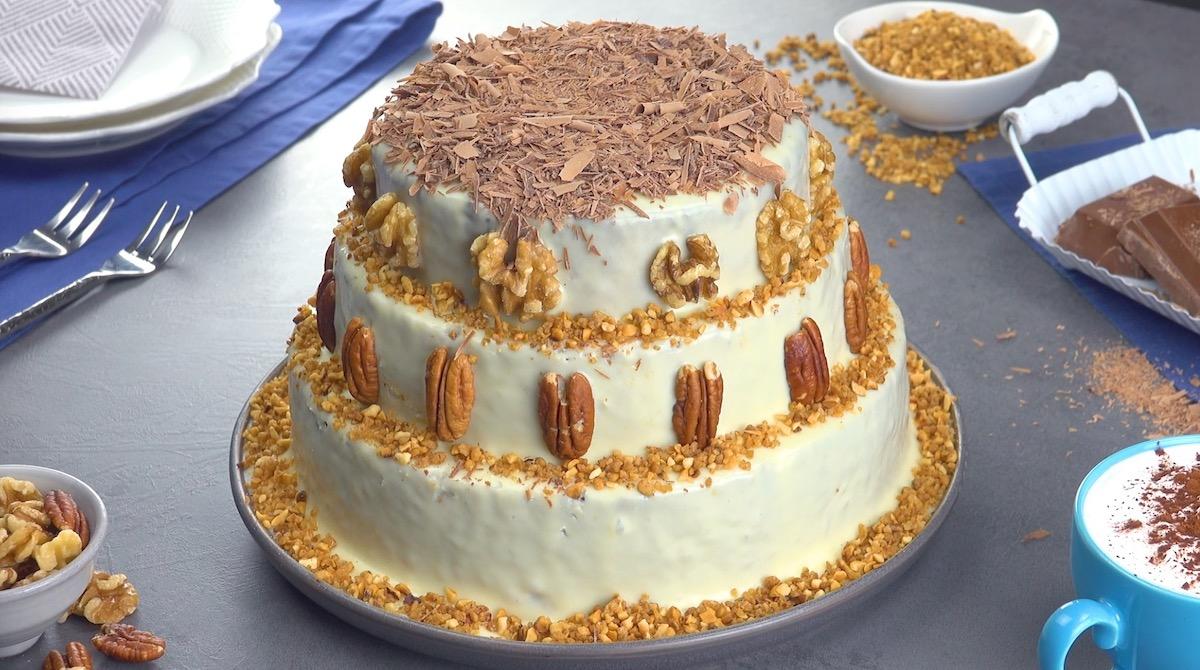 decore o bolo com nozes e chocolate