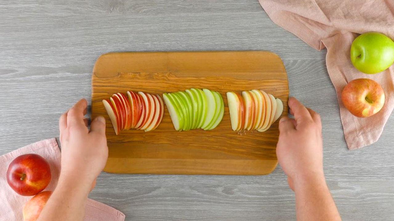 corte as maçãs em fatias finas