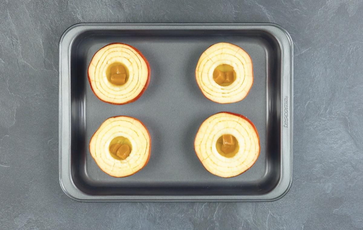 maçãs com caramelos na assadeira