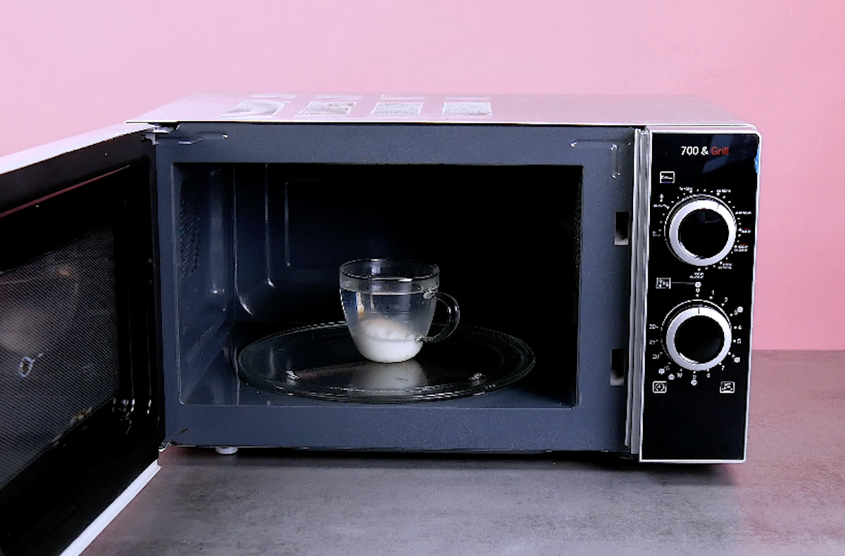 coloque o ovo em ma xícara com água no micro-ondas
