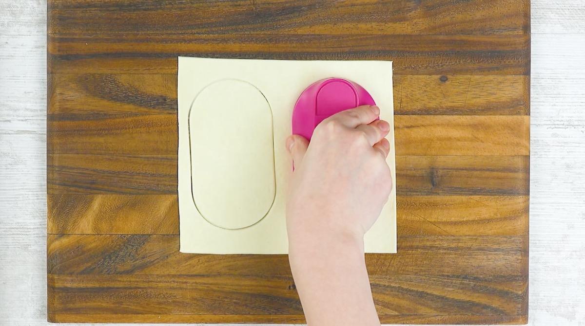 corte a massa em formato oval