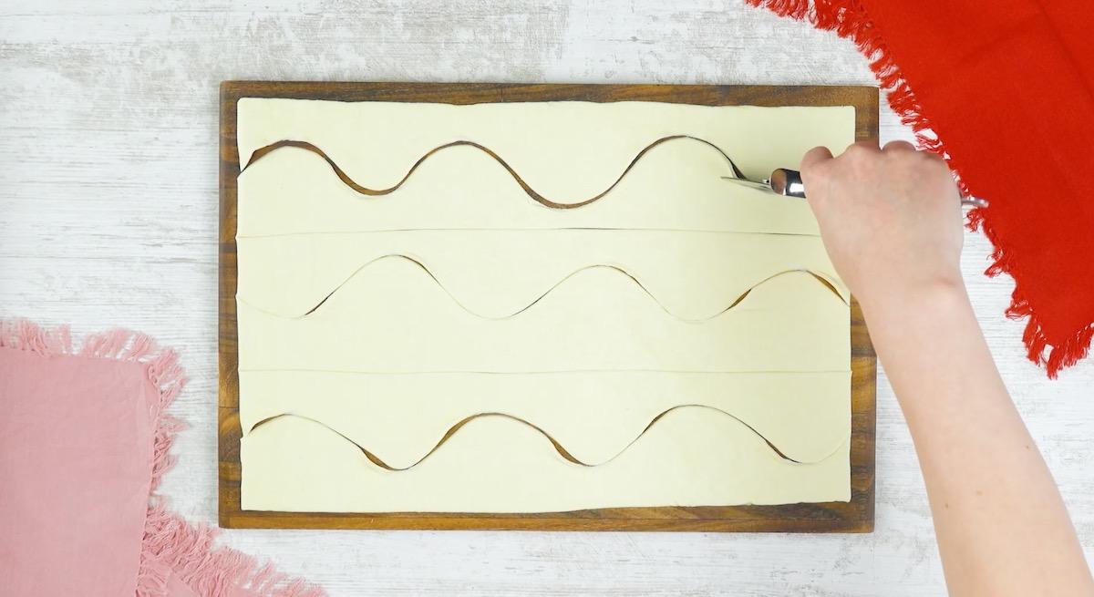 faça um corte ondulado em cada uma das tiras