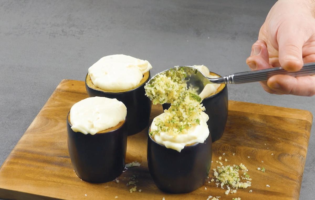 recheie a berinjela com carne e molho de queijo