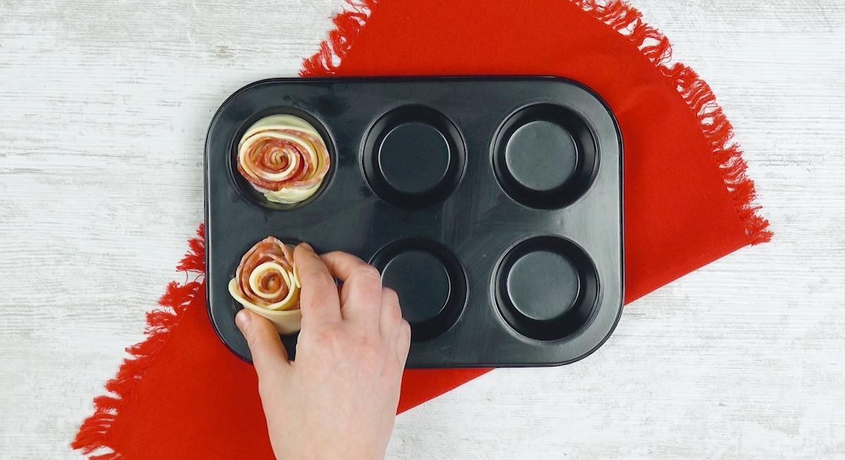 coloque a massa recheada enrolada nos espaços da forma de muffin