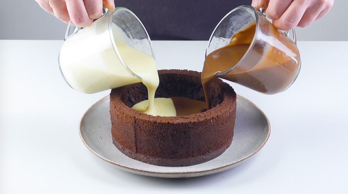 despeje os chocolates dentro do bolo