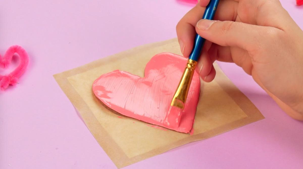 pinte o coração de cola