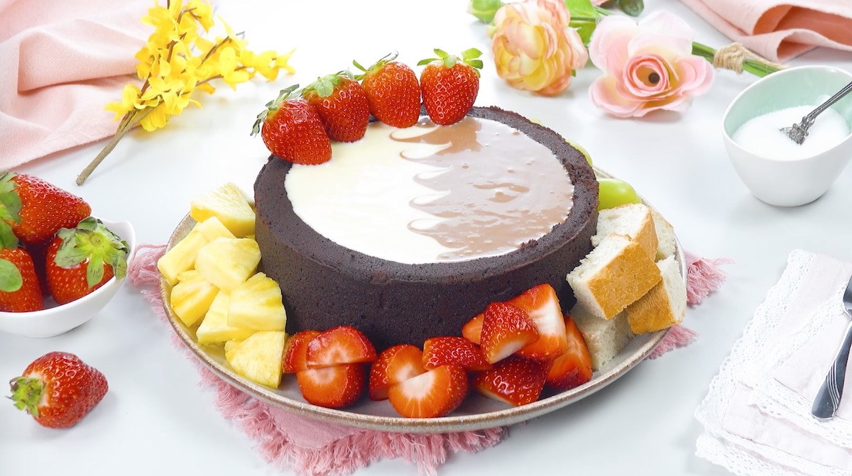 bolo de fondue com frutas e pão