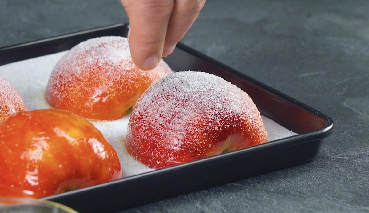 polvilhe as maçãs com açucar