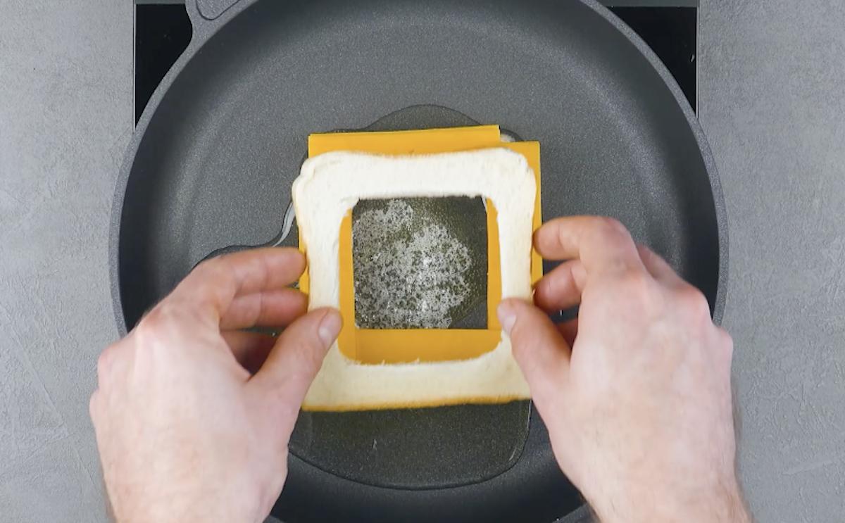 duas fatias de pão com cheddar