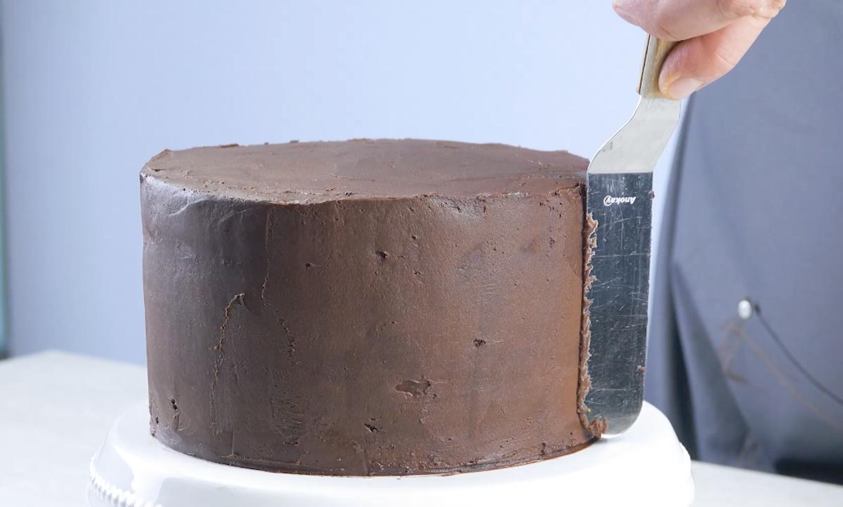 cubra todo o bolo com cobertura de chocolate