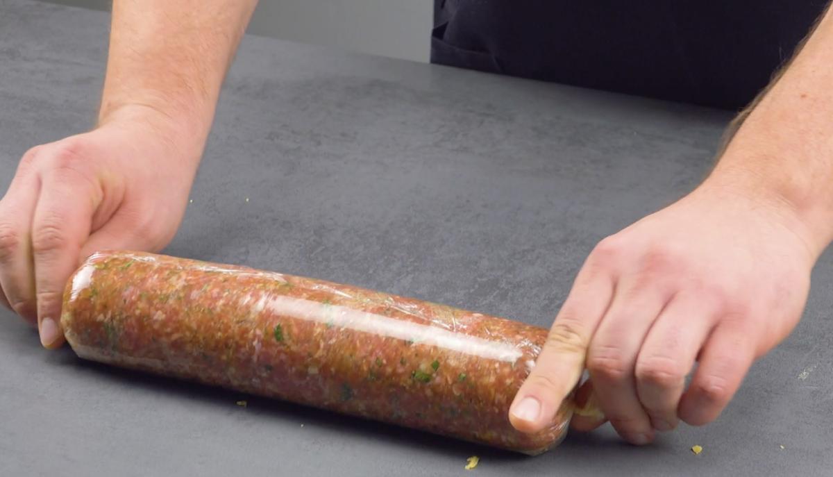 enrole a carne em filme plástico