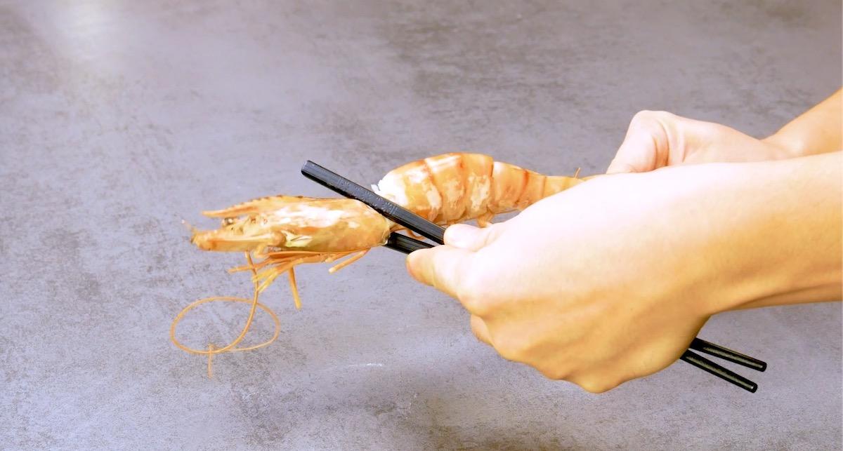 descascar camarão