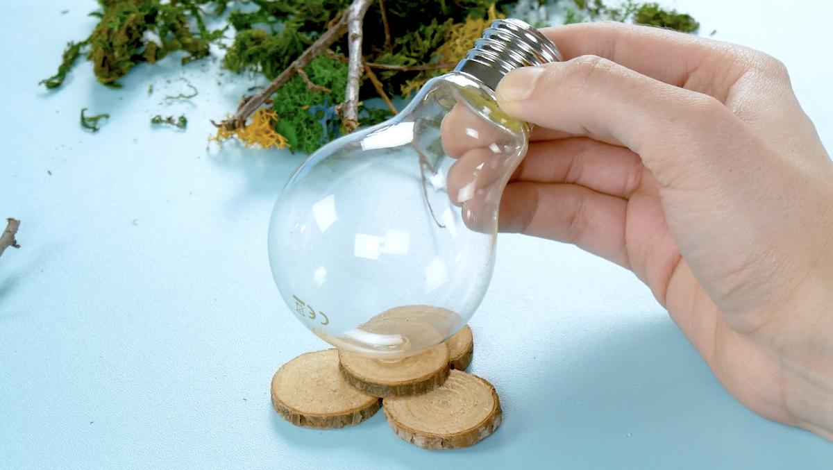 lâmpada em base de madeira