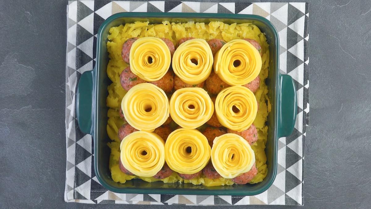 batata cozida, almôndegas e rolos de batata