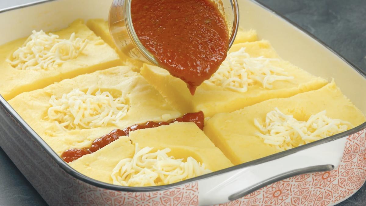 purê de batata com queijo e molho de tomate