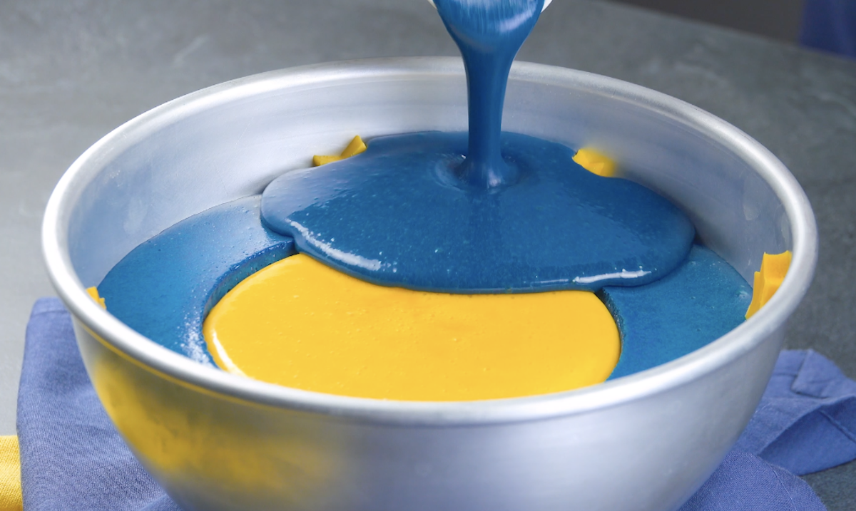preencha a tigela com pudim amarelo e azul