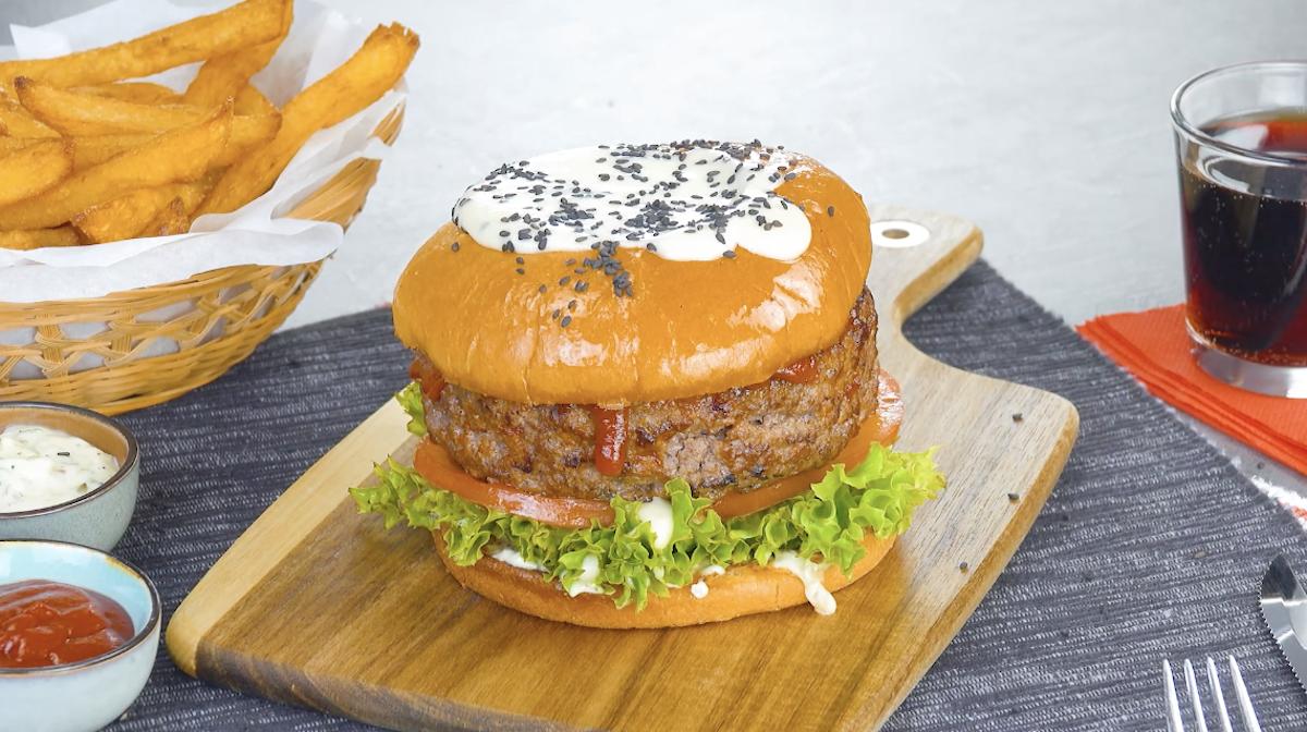 hambúrguer de fondue de queijo com batata frita