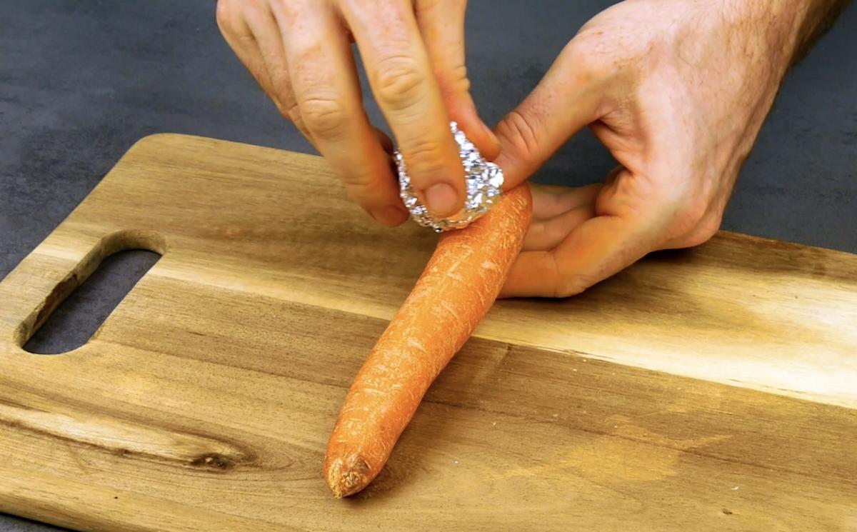 passe papel alumínio na casca da cenoura