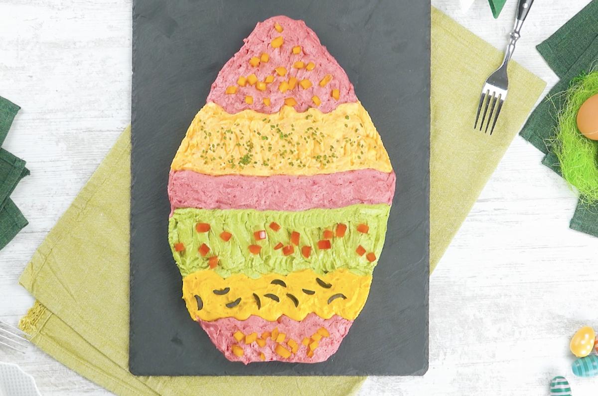 ovos recheados em forma de ovo de Páscoa colorido