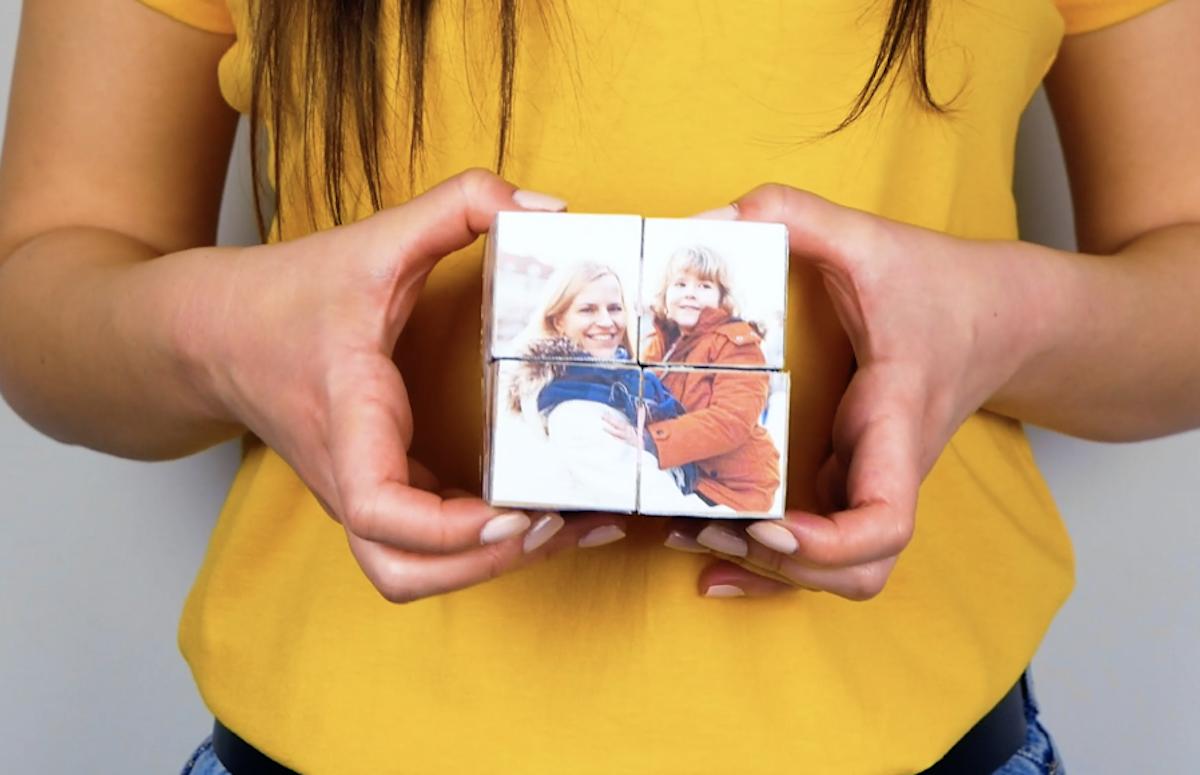 cole os quadrados de fotos nas faces dos cubos