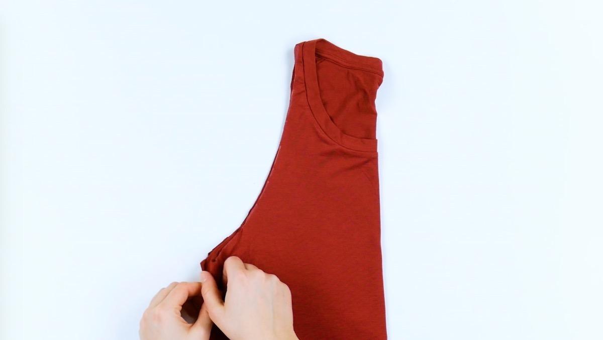 corte ombros e mangas da camiseta